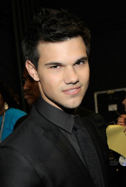 Taylor Lautner stars in the new 2011 MTV Movie Awards promo