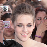 Kristen Stewart shows she can smile at Rome premiere of &#8216;Twilight Saga: Eclipse&#8217;